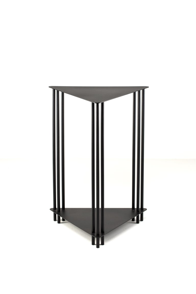 The support table is part of the Dureza collection. Carbon steel reigns as raw material, guiding both simple and rigorous forms, and the graphic language of this new series. The solid and geometric character of the metal plates dialogues with the