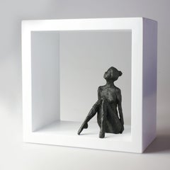 Small Sitting Figur V - contemporary bronze nude female sculpture in wood-frame