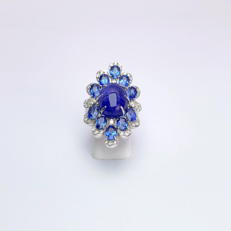 Sutra 18 Karat Gold Ring with Cabochon Tanzanite, Blue Sapphires and Diamonds In New Condition For Sale In New York, NY