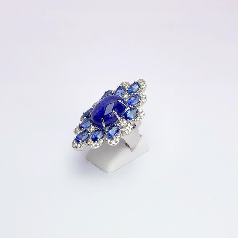Sutra 18 Karat Gold Ring with Cabochon Tanzanite, Blue Sapphires and Diamonds For Sale 1