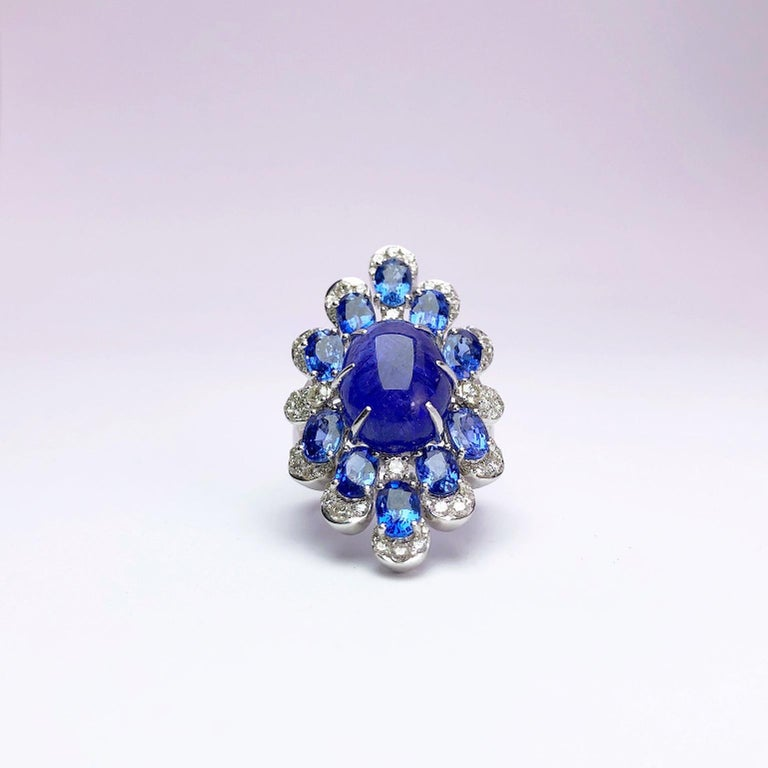 Sutra 18 Karat Gold Ring with Cabochon Tanzanite, Blue Sapphires and Diamonds For Sale 3