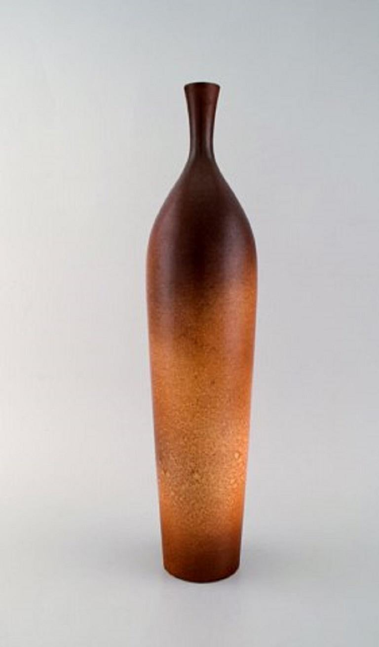 Suzanne Ramie (1905-1974) for Atelier Madoura. Large vase in glazed stoneware. Beautiful glaze in light brown tones and modern design, 1940s. Measures: 41 x 9.5 cm. In very good condition. Stamped. Suzanne Ramié (1905-1974) is best known as