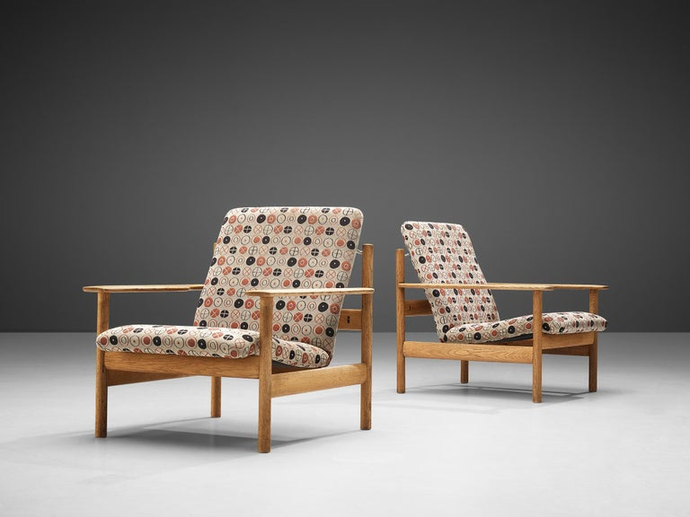 Sven Ivar Dysthe for Dokka Møbler, pair of lounge chairs model 1001, oak, fabric upholstery, Norway, 1960 Charles and Ray Eames, patterned fabric 'Circles', manufacturerd by Maharam, design 1947  This set of lounge chairs is designed by Sven Ivar