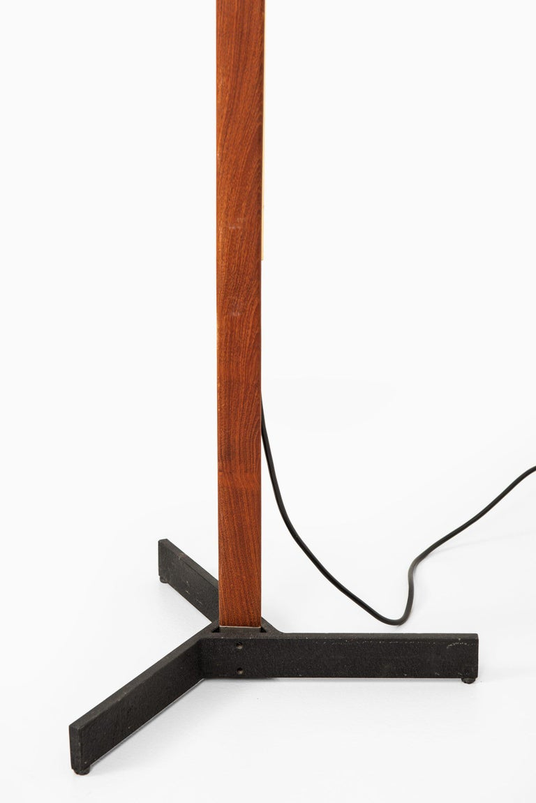Very rare height adjustable floor lamp designed by Svend Aage Holm Sørensen. Produced by Holm Sørensen & Co in Denmark. Size: Height 155-180 cm. Please note: This floor lamp will be sold without any lamp shade.