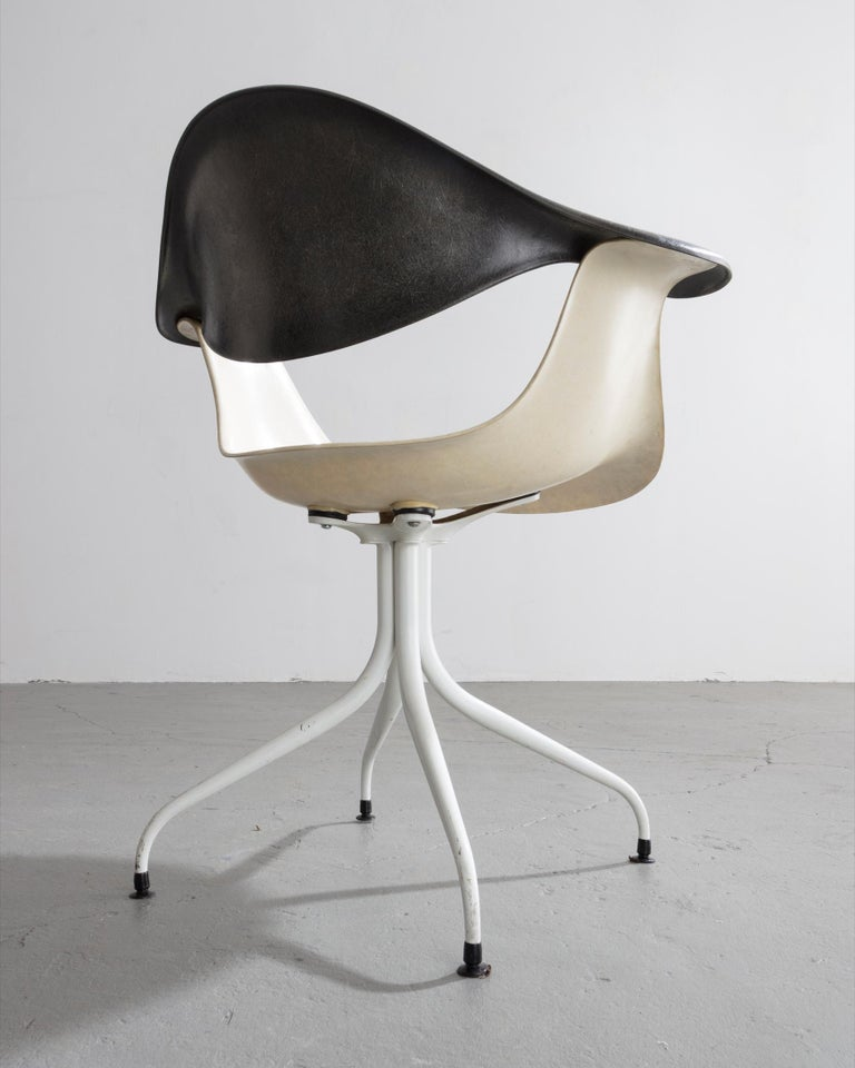Swaged Leg Chair in Gray and White by Georg Nelson & Associates, 1954 In Good Condition For Sale In New York, NY