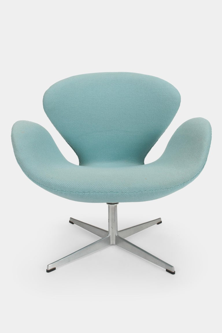 Original swivel Swan chair from the Danish designer Arne Jacobsen, with the original wool fabric. The chair is in a very good vintage condition, it was cleaned and the foam was partly redone. The armchair was, for its time, very innovative and is