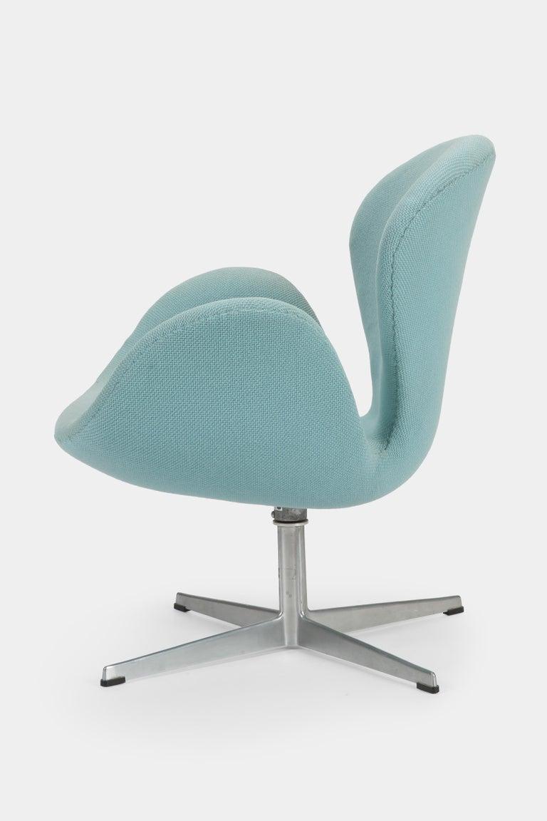 Mid-Century Modern Swan Chair Arne Jacobsen Fritz Hansen, 1960s For Sale