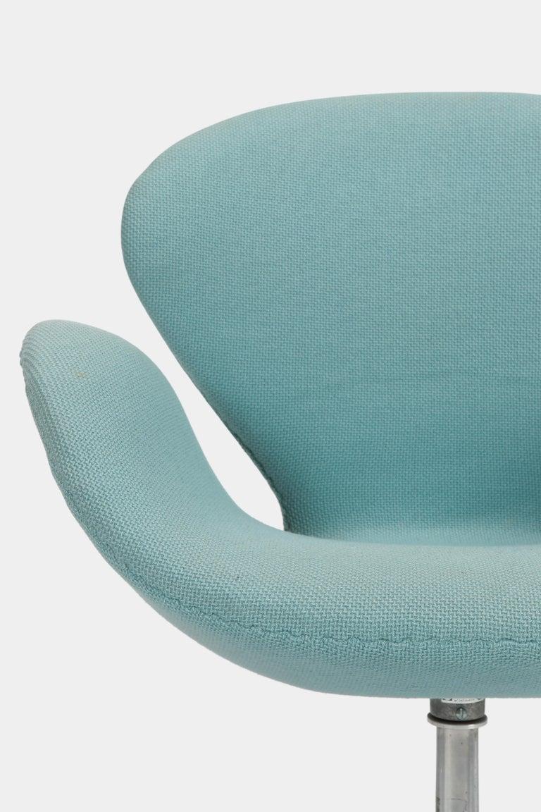 Swan Chair Arne Jacobsen Fritz Hansen, 1960s For Sale 1