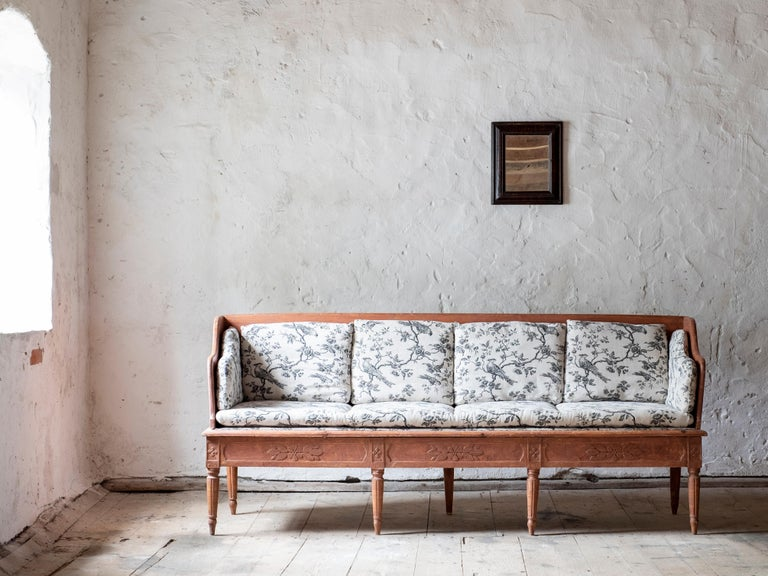 Fine early 19th century Gustavian sofa in its original finish with fine delicate floral carvings, Sweden, circa 1800.