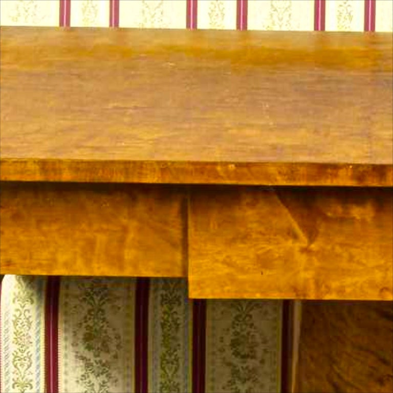 Swedish Biedermeier Drop-Leaf Pedestal Table Golden Birch Tiger Stripe In Good Condition For Sale In LONDON, GB