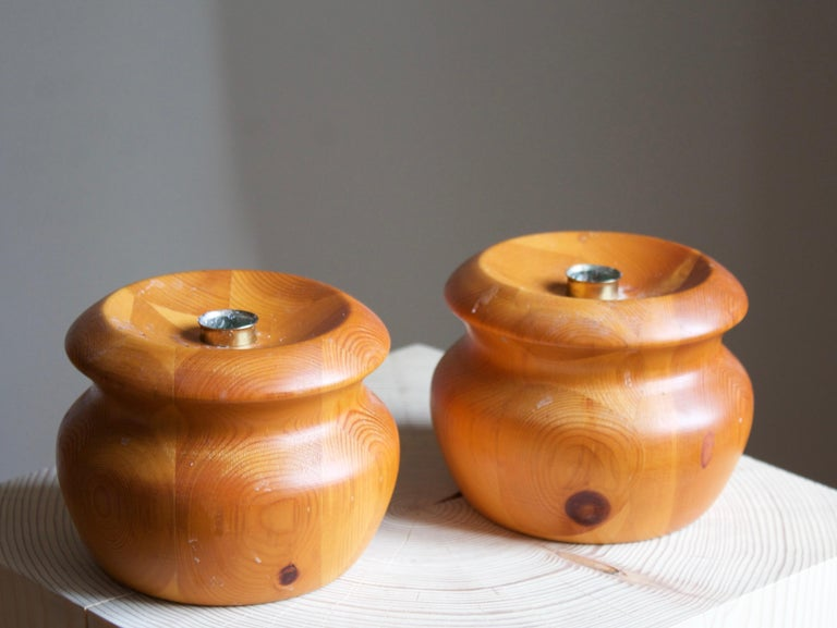 Swedish Craft, Candlesticks, Turned Solid Pine, Brass, Sweden, 1970s In Good Condition For Sale In West Palm Beach, FL