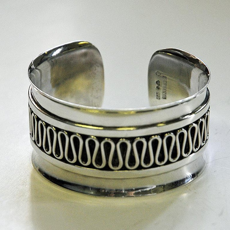 A great sterling silver arm bracelet and silver ring set by Willy Käfling, Stockholm - Sweden 1971. Beautiful and easy to wear vintage armcuff with beautiful wave desingned patterns on the surface. Open entrance and easy to put on and off. The ring