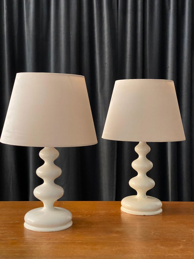 A pair of organic freeform table lamps or desk lights. In finely sculpted wood, in original white lacquer. 