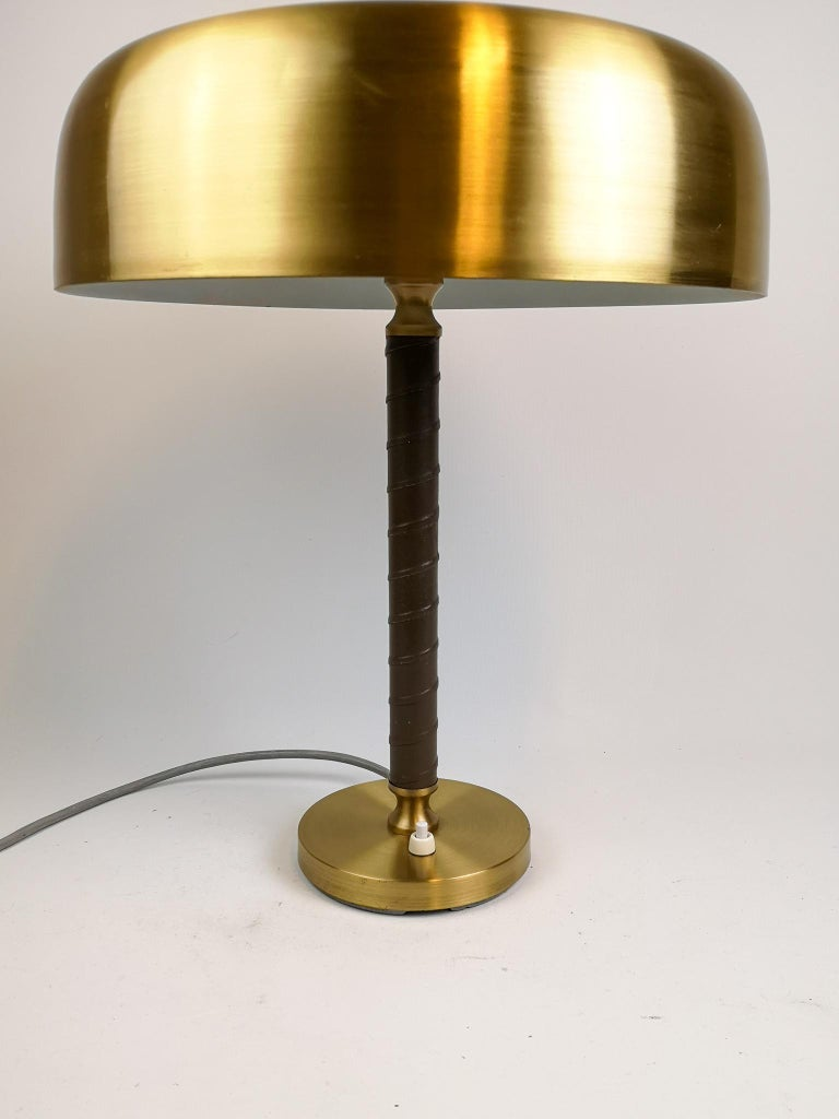 Swedish Midcentury Table Lamp in Brass and Leather by Boréns In Good Condition For Sale In Langserud, SE