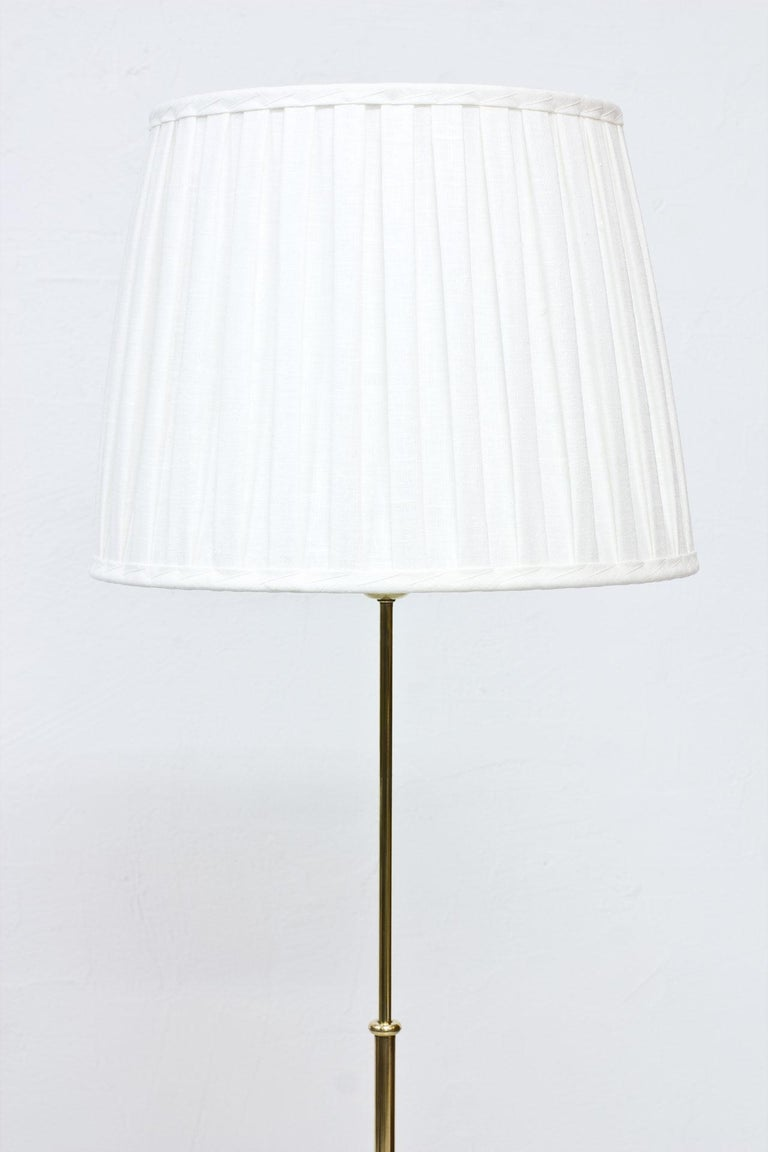 Swedish Modern Brass Floor Lamp by Böhlmarks, 1940s In Good Condition For Sale In Stockholm, SE