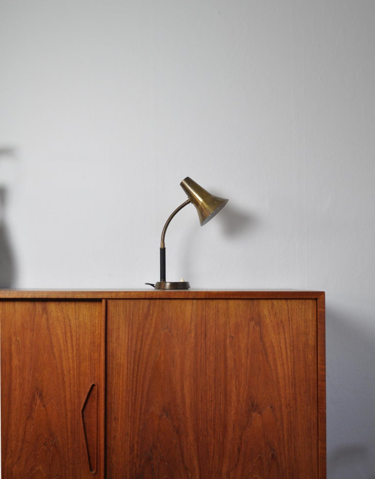 Swedish Patinated Brass Table Lamp, 1950s In Good Condition For Sale In Vordingborg, DK