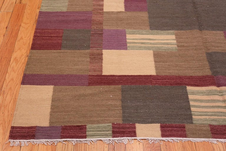 Indian Swedish Scandinavian Style Modern Kilim Rug. Size: 7 ft x 9 ft 1 in For Sale