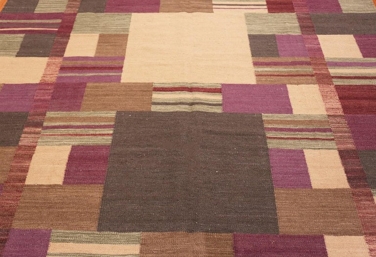 Hand-Woven Swedish Scandinavian Style Modern Kilim Rug. Size: 7 ft x 9 ft 1 in For Sale