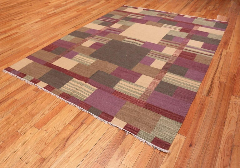 Swedish Scandinavian Style Modern Kilim Rug. Size: 7 ft x 9 ft 1 in In New Condition For Sale In New York, NY