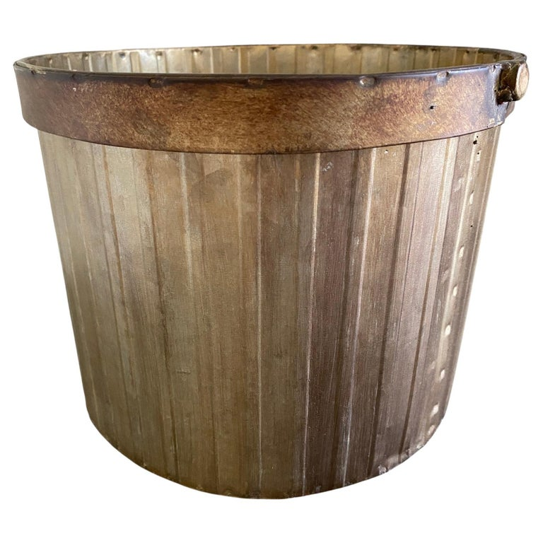 Rustic and elegant at the same time, add a neoclassical country touch to your bedroom or bathroom. The gold toned metal gives it a classic vintage/antique feel. Suitable for any decor -- modern, Art Deco, neoclassical, classical, Swedish Gustavian,