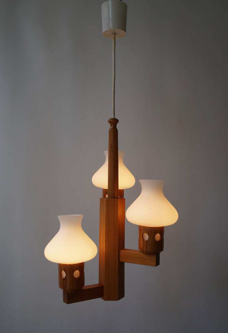 Swedish Wood and Opaline Chandelier In Good Condition For Sale In Antwerp, BE