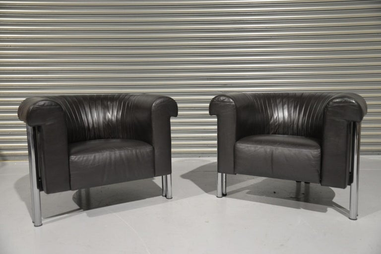 We are delighted to bring to you a pair of de Sede lounge chairs in black leather on double chrome-plated legs. Made by De Sede craftsman in Switzerland in the 1980s. An extremely comfortable lounge armchair in excellent vintage condition. These