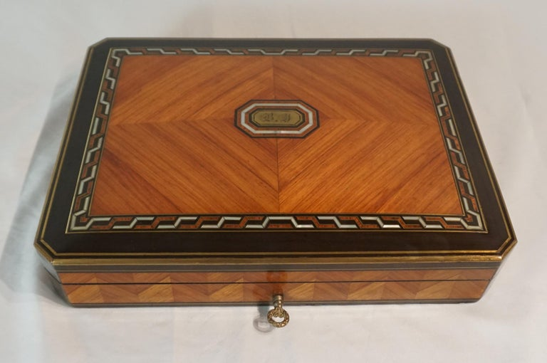 Swiss Exotic Wood, Nacre and Brass Card Games Box, Complete, circa 1890 For Sale 2