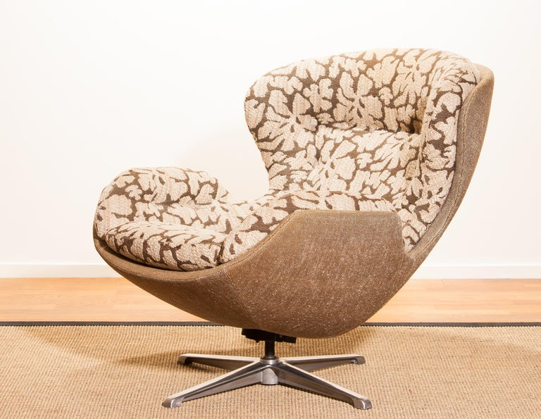 Beautiful swivel lounge chair designed by Lennart Bender for Ulferts Möbler, Sweden. This comfortable chair is made of a steel swivel frame with an original fabric upholstered seating. Period, 1970s Dimensions: H 90 cm, W 82 cm, D 95 cm.