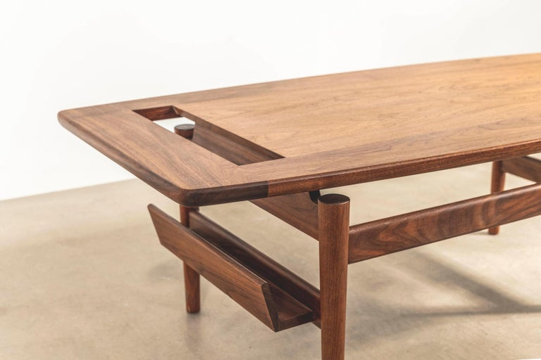 T390 Low Table with Magazine Rack in Walnut by Jens Risom In New Condition For Sale In London, GB