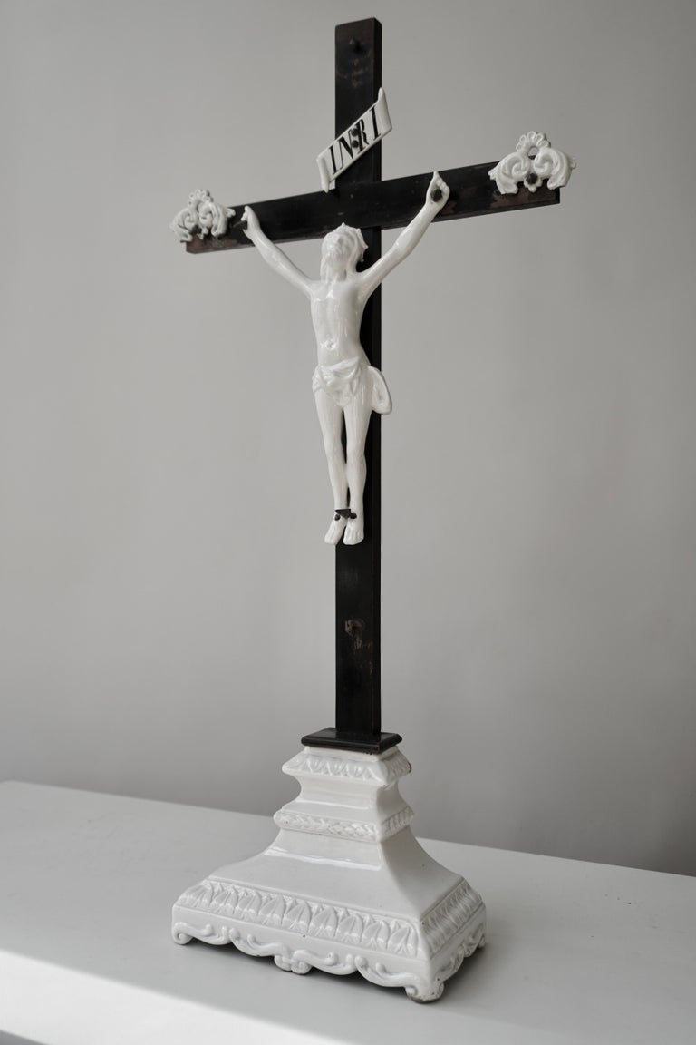 The porcelain white imparts a transcendental character to the figures and this is highly suitable for religious depictions. Usually produced for royal commissions, these figures count among the most outstanding artistic creations. Following the