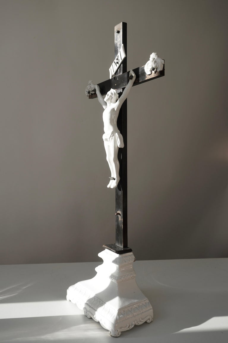 Table Crucifix with Porcelain Corpus of Christ In Good Condition For Sale In Antwerp, BE
