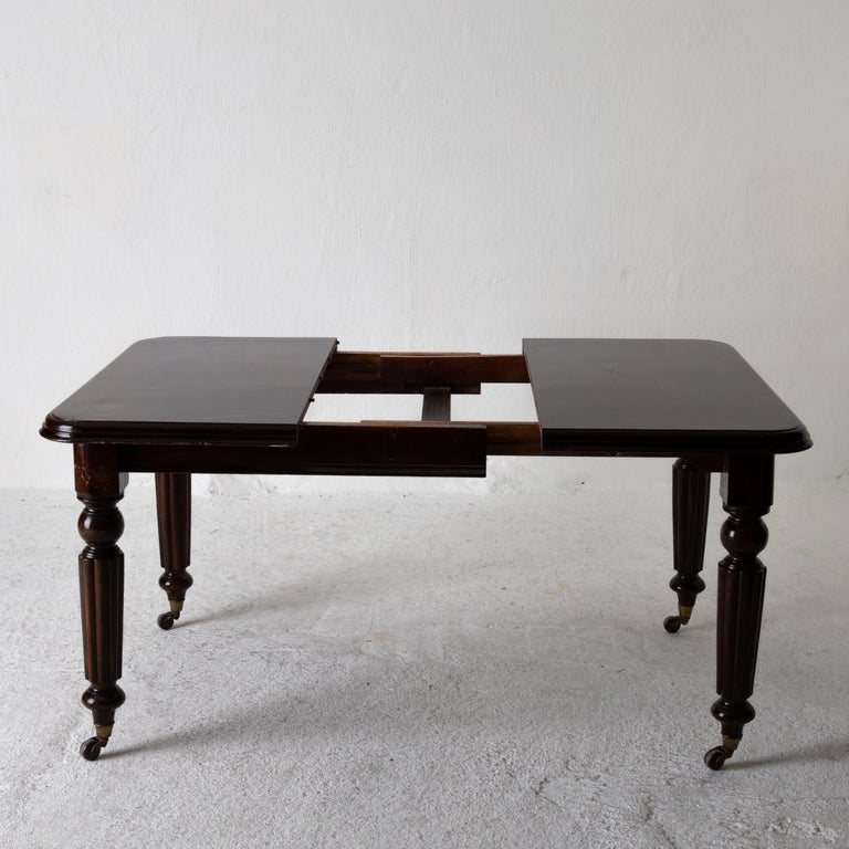 Early Victorian Table Dining Table English Dark Brown Mahogany, 19th Century, England For Sale
