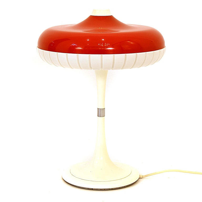 Table lamp designed by Siemens, circa 1960s. Red plastic shade with a white cast iron base. Located on the top is the on/off switch. Fine original condition. Flourescent lamp 32 watt. The lamp is branded with paper label inside.