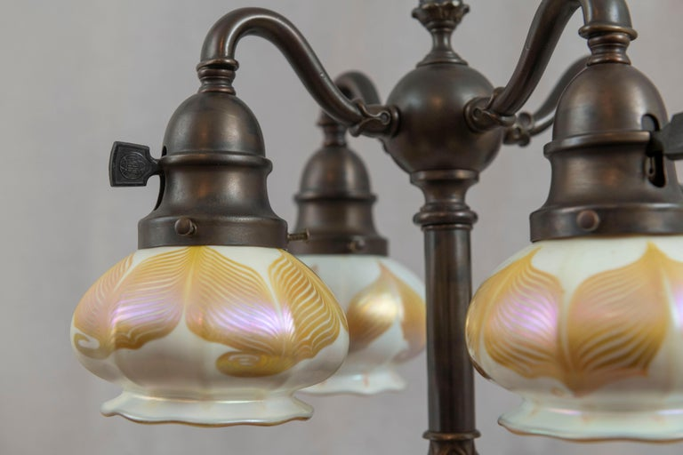 American Table Lamp w/ 4 Signed Hooked Feather Quezal Art Glass Shades, Arts & Crafts For Sale