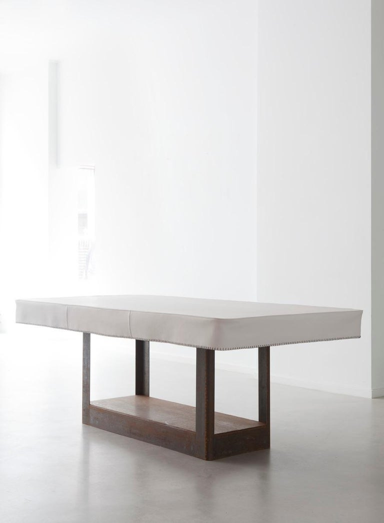 Who does not remember that table covered with a soft cloth? This Corten steel table continues that tradition and makes no demands on the user. Everything is possible, indoors or outdoors, formal or leaning back with your feet comfortably on the