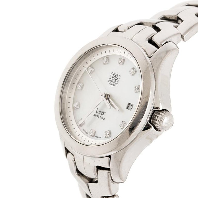 Design and convenience come together to bring you this classic timepiece from the house of Tag Heuer. The meticulously designed watch features a stainless steel case housing a white mother of pearl dial. The dial comes with a date window at three o'