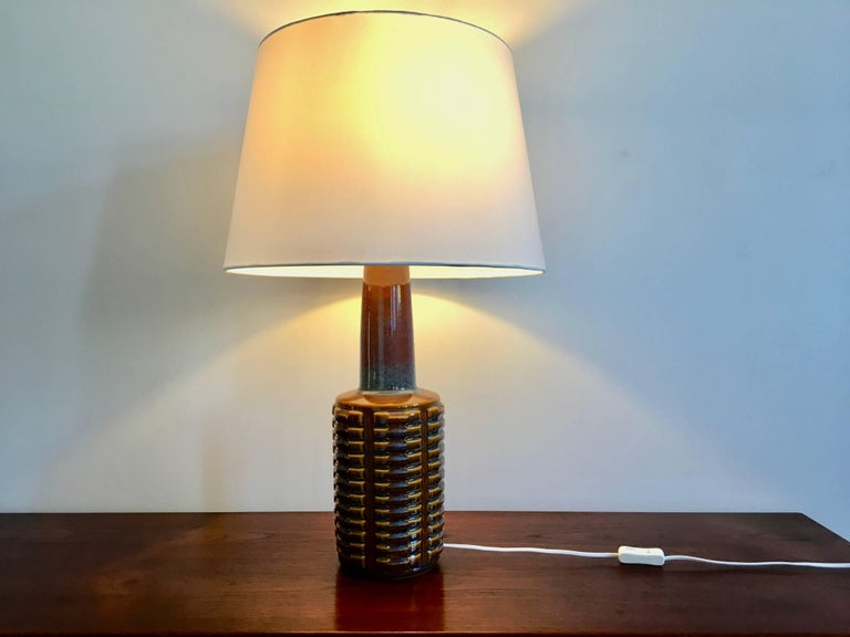 This ceramic table lamp was designed by Einar Johansen and produced by Soholm Stentoj in Denmark in the 1960s. The lamp has been rewired with switch and a European plug.