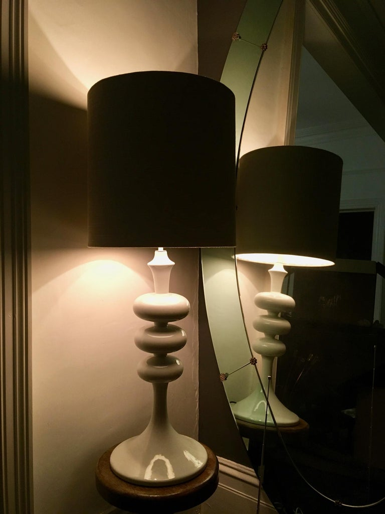 Tall White Midcentury Ceramic Table Lamp, in the Shape of a TV Tower, European For Sale 6