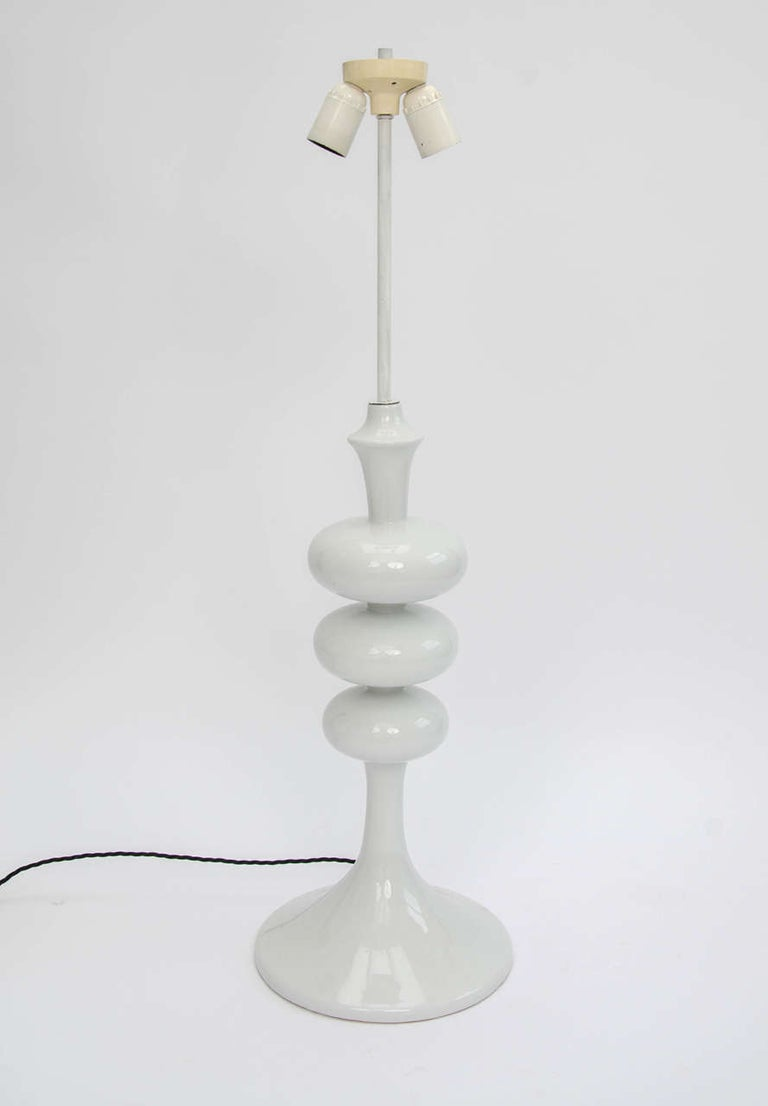 Tall White Midcentury Ceramic Table Lamp, in the Shape of a TV Tower, European In Good Condition For Sale In London, GB