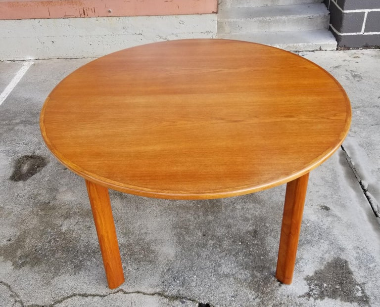 Gunde Mobelfabrik teak Danish modern expanding circular or oval dining table. Made in Denmark, circa. 1960. Includes (2) 19