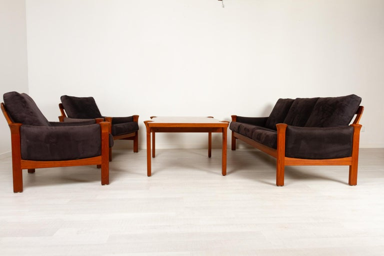 Teak living room set by Arne Vodder for Cado, 1970s Vintage Danish Modern set of 3-seater couch, two lounge chairs and a coffee table in teak, model 162. Designed by Danish architect Arne Vodder in 1976, made by Cado / France & Søn. Sofa and easy
