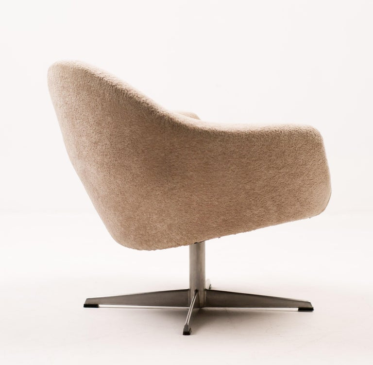 Very comfortable Scandinavian lounge chair upholstered in teddy fabric on a cast aluminium swivel base. Unlike i.e. a swan or egg chair it is virtually impossible to find another example of this chair. Very exclusive! Great all original vintage