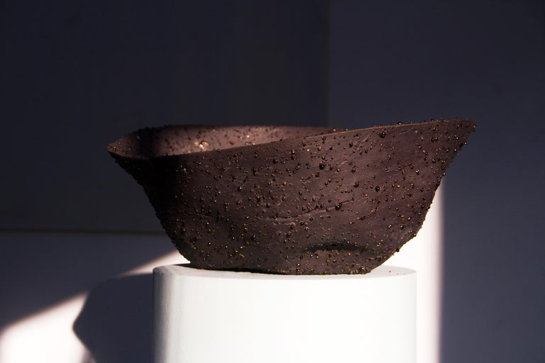 The black big bowl is the dark variation of the Telluride Stracciatella, and it is a big bowl create in Volcanic Porcelain mixed with a dark black pigment. The Volcanic Porcelain is special porcelain realised by Tellurico, which is composed of very