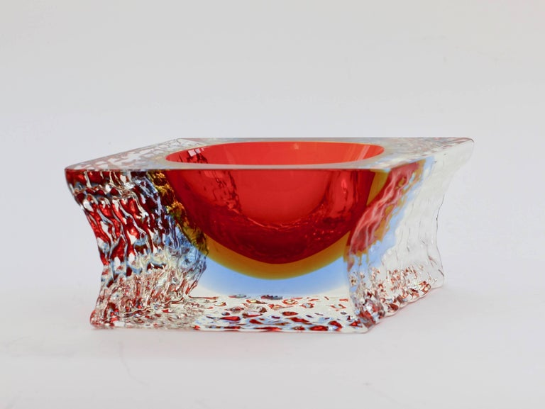 Mid-Century Modern Textured and Faceted Murano Sommerso Ice Glass Bowl Attributed to Mandruzzato For Sale
