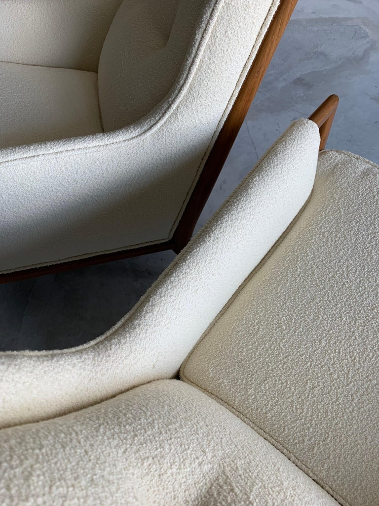 T.H. Robsjohn-Gibbings, Rare Lounge Chairs, Walnut, Off-White Fabric, Widdicomb In Excellent Condition For Sale In West Palm Beach, FL