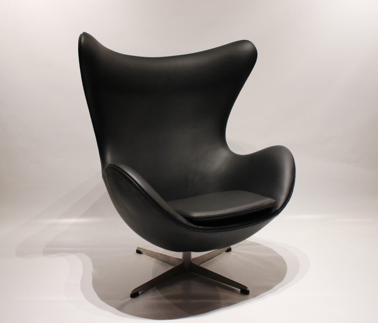 The Egg, model 3316, designed by Arne Jacobsen in 1958 and manufactured by Fritz Hansen in the 1960s. The chair has been newly upholstered and is therefore in great condition. It was originally designed along with the Swan chair for the Royal Hotel