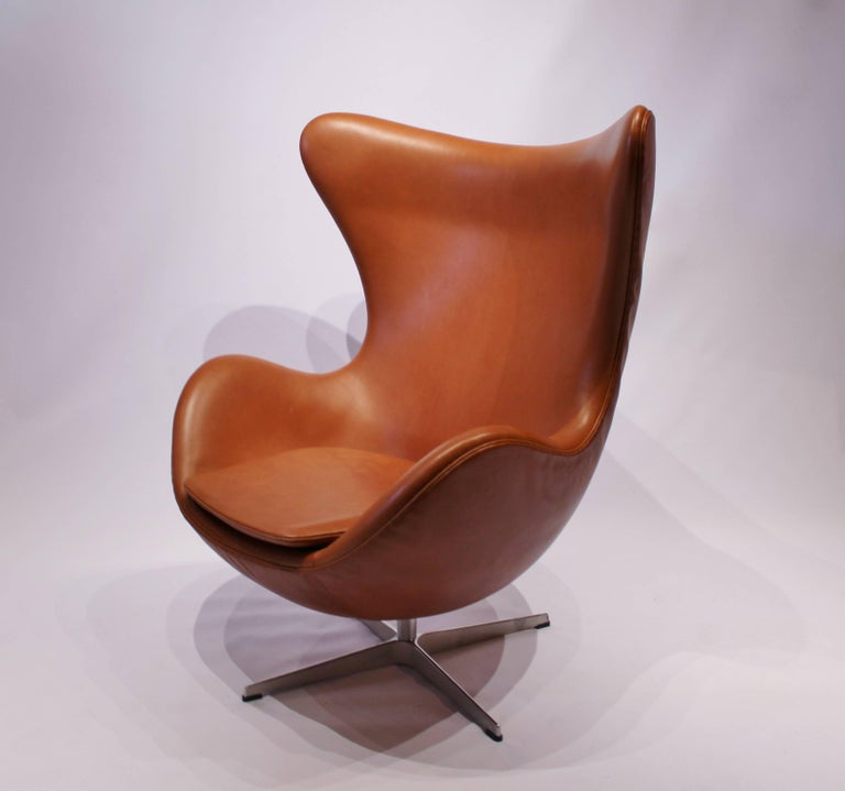 The egg, model 3316, designed by Arne Jacobsen in 1958 and manufactured by Fritz Hansen after 2014. The chair is originally upholstered in Cognac leather and is in great condition. The chair has the swivel function.