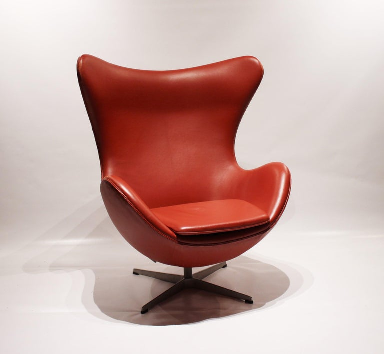 The Egg, model 3316, designed by Arne Jacobsen in 1958 and manufactured by Fritz Hansen in 2001. The chair is upholstered with red elegance leather and is in great vintage condition. It was originally designed along with the Swan chair for the Royal