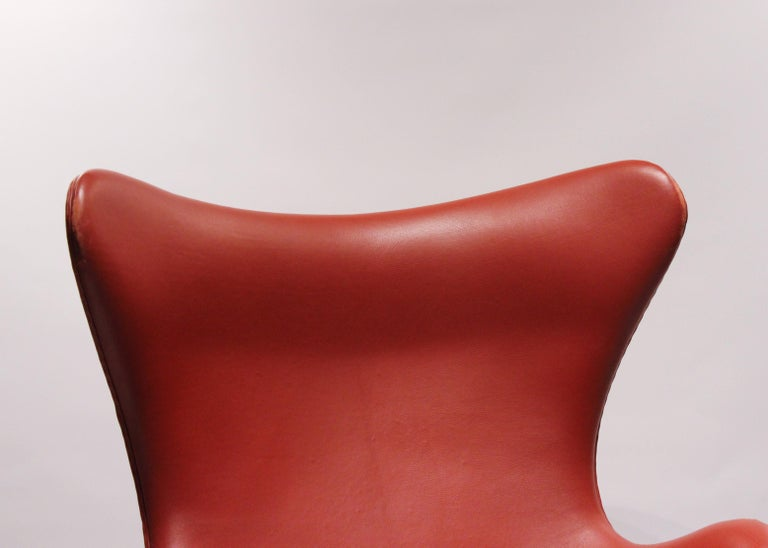 The Egg, Model 3316, Red Leather, by Arne Jacobsen and Fritz Ansen, 2001 In Excellent Condition For Sale In Lejre, DK