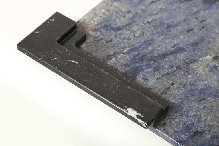 Marble tray in Azul Bahia and Negro marquina. Handmade in Italy, also available in bianco Carrara e Negro marquina. Dimensions can be customized. Measures: 21.26